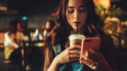 момиче в бар